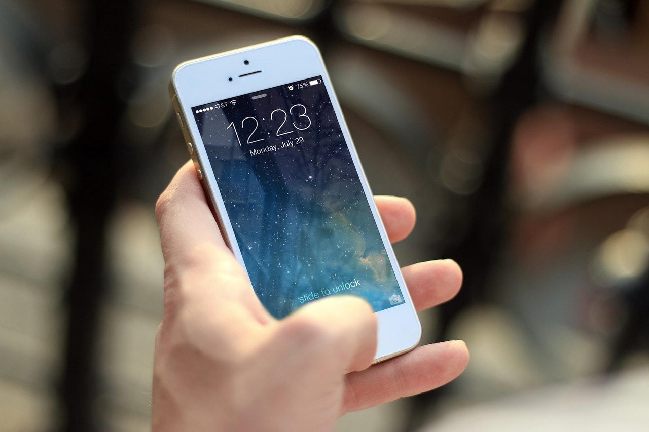 Apple priznaje da iPhone vremenom radi sporije
