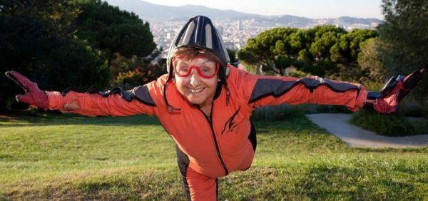 Ima 83 godine i 930 puta je skakala padobranom