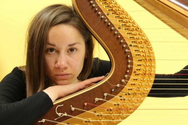Uspešna je harfistkinja iako nema svoju harfu!