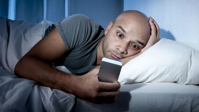 Kako prestati sa proverom telefona pre spavanja?